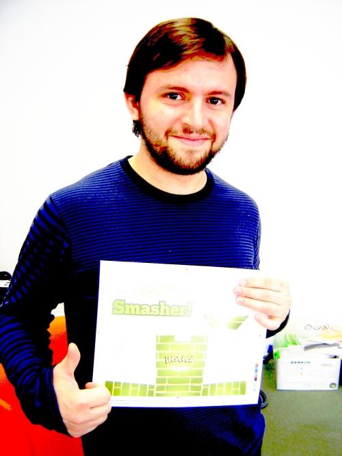 O sorriso pateta diz tudo. Gonçalo Brito pode não estar a sorrisir de orgulho por ter finalmente acabado o 1º número da Smash!, mas segura em folhas bramcas com borrões verdes como ninguém. Pura arte.